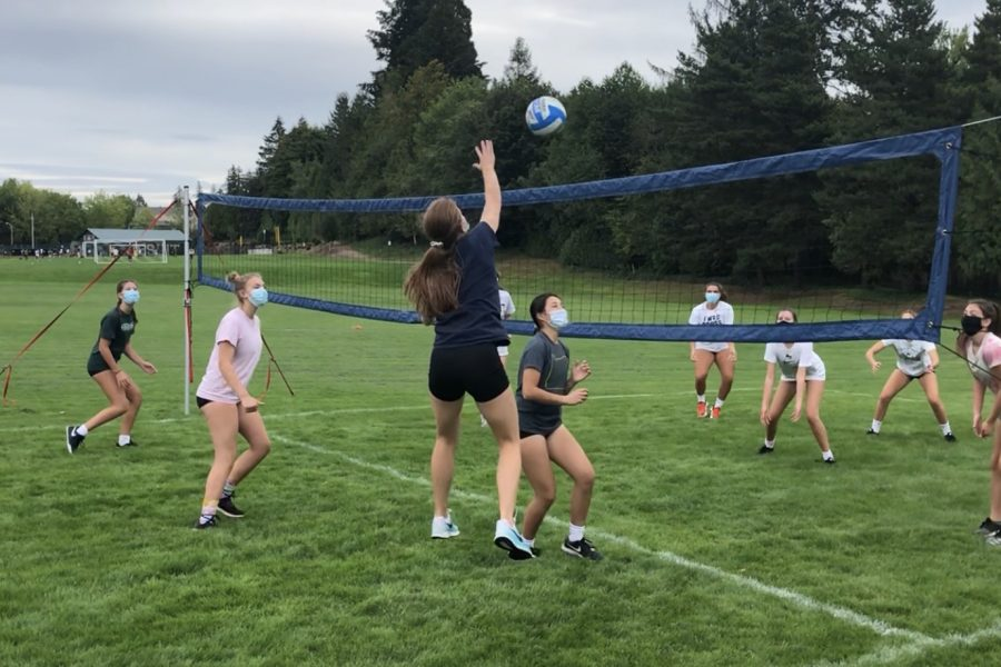 Jesuit+women%E2%80%99s+volleyball+team+practicing+outside+
